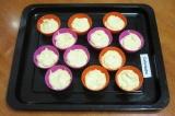Шаг 4. Равномерно распределить тесто по силиконовым формочкам и поставить выпека