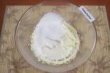 Шаг 6. Для крема взбить масло в мягкую массу. Влить молоко, добавить ванильную э