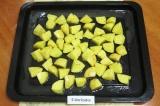 Шаг 6. Выложить картофель на противень, посолить, посыпать специями, полить раст