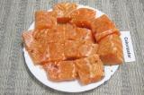 Шаг 1. Филе семги нарезать порционными кусочками, посолить, посыпать пряностями.