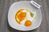 Шаг 2. В сметану добавить желтки, сахар, горчицу, растительное масло. Все ингред