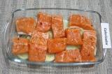 Шаг 3. Форму слегка смазать растительным маслом. На дно формы выложить нарезанны