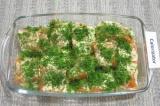 Шаг 4. Залить рыбу соусом и посыпать сверху нарезанным укропом.