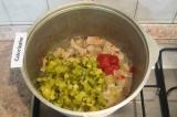 Шаг 5. Добавить томатную пасту, мелко нарезанные огурцы и воду. Тушить под крышк