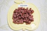 Шаг 2. Копченую колбасу нарезать небольшими кубиками.