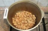 Шаг 1. Мясо нарезать небольшими кубиками. В казане разогреть растительное масло