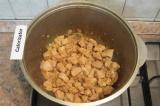 Шаг 2. Луковицу нарезать, добавить к мясу. Немного обжарить лук с мясом.