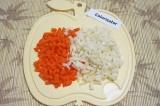 Шаг 3. Морковь и редьку очистить и нарезать соломкой.