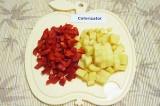 Шаг 4. Картофель нарезать кубиками, болгарский перец – соломкой.