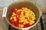 Шаг 6. Потом в казан добавить картофель и перец.