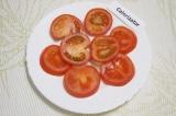 Шаг 4. Помыть помидоры и нарезать кружочками.