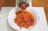 Шаг 1. Морковь и лук очистить и нарезать крупными кусочками. Свинину и говядину