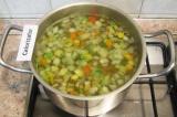 Шаг 5. Отварить овощи в подсоленной воде. Откинуть их на дуршлаг. Немного овощей