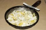 Шаг 3. В сковороду выложить слоями картофель, лук, сметану дважды, посолить.