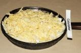 Шаг 4. Сверху посыпать тертым сыром и выпекать в разогретой до 180 градусов духо