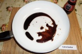 Шаг 3. В сковороду налить растительное масло, соевый соус и добавить сахар, пост