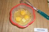 Шаг 7. Яйца взболтать венчиком.