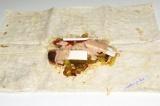Шаг 9. Покрыть все сыром и полить соусом.