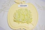 Шаг 1. Очистить и мелко нарезать луковицу.