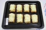 Шаг 6. Посыпать сверху сыром, натертым на мелкой терке.