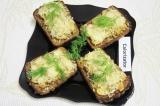 Готовое блюдо: горячие бутерброды с грибами и луком