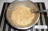 Шаг 5. Яблоки вмешать в тесто, получится густая, вязкая масса.