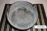Шаг 6. Разъёмную форму диаметром 20 см смазать сливочным маслом и обсыпать мукой