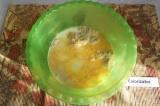 Шаг 2. Влить растительное масло и взбитое яйцо. Размешать.