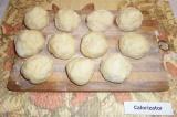 Шаг 6. Тесто разделить на 11 равных шариков примерно по 60 грамм каждый.