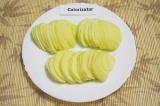 Шаг 2. Помыть и очистить яблоки, нарезать тонкими дольками.