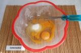 Шаг 1. Взбить венчиком яйца, соль и сахар.
