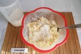 Шаг 3. Добавить 3 столовые ложки (без горки) муки, вымешать до однородности.