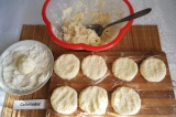 Шаг 4. Сформировать сырники, обвалять в муке и придать форму.