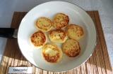 Шаг 5. Обжарить сырники на растительном масле до золотистой корочки с двух сторо
