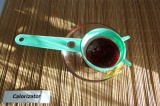 Шаг 8. Малиновый соус процедить, чтобы избавится от зёрнышек ягоды.