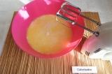 Шаг 3. Добавить растопленное сливочное масло, сахар, соль и ванилин, взбить.