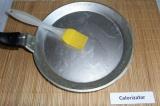 Шаг 5. Сковороду смазать растительным маслом при помощи кулинарной кисточки.