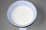 Шаг 2. Добавить литр молока.