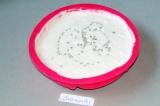 Шаг 5. Часть массы выложить в силиконовую форму. Поставить в морозилку на 2 часа