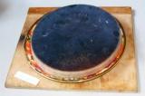 Шаг 8. После замерзания шоколадный корж выложить вверх ногами на блюдо. При помо