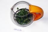 Шаг 1. Тархун порвать руками и положить в чайник.