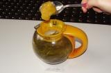Шаг 4. Когда напиток остынет ниже 40 градусов, добавить столовую ложку меда и ра
