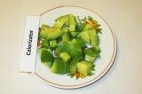 Шаг 2. Авокадо очистить и нарезать кусочками.