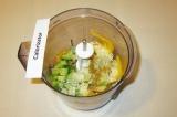 Шаг 5. Сложить в блендер авокадо, чеснок, болгарский перец, соль, приправы, фини