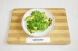 Шаг 2. Авокадо очистить, удалить косточку, нарезать кусочками.