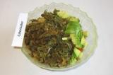 Шаг 4. Сложить в салатник подготовленную морскую капусту, авокадо и помидоры.
