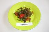 Готовое блюдо: салат из морской капусты и авокадо