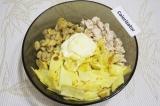 Шаг 7. В миску сложить куриное филе, нарезанные блины и шампиньоны. Добавить май