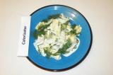 Готовое блюдо: салат с консервами и сыром