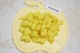 Шаг 1. Нарезать картофель средними кубиками.